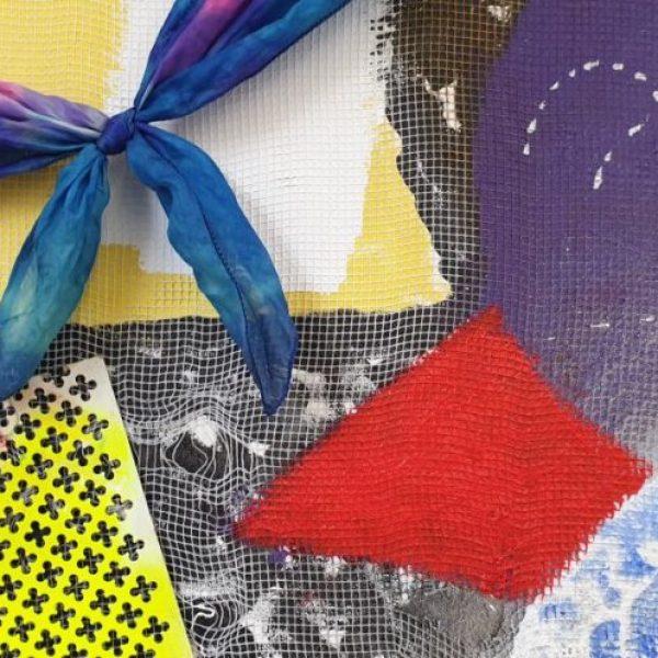 detail Unlimited (testcase), 95 x 75 cm, acryl- en olieverf met sjaaltje, elastiek, textiel, wol, sponsje, haarpin, spelden, metalen raster, gaas en appeltje